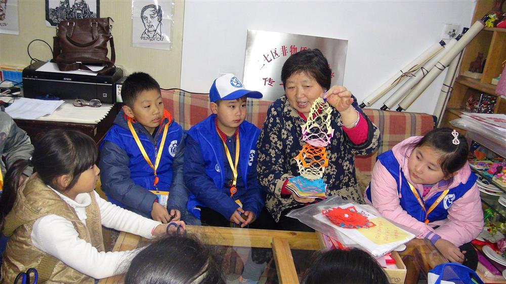 张艳向新华小记者传授剪纸知识