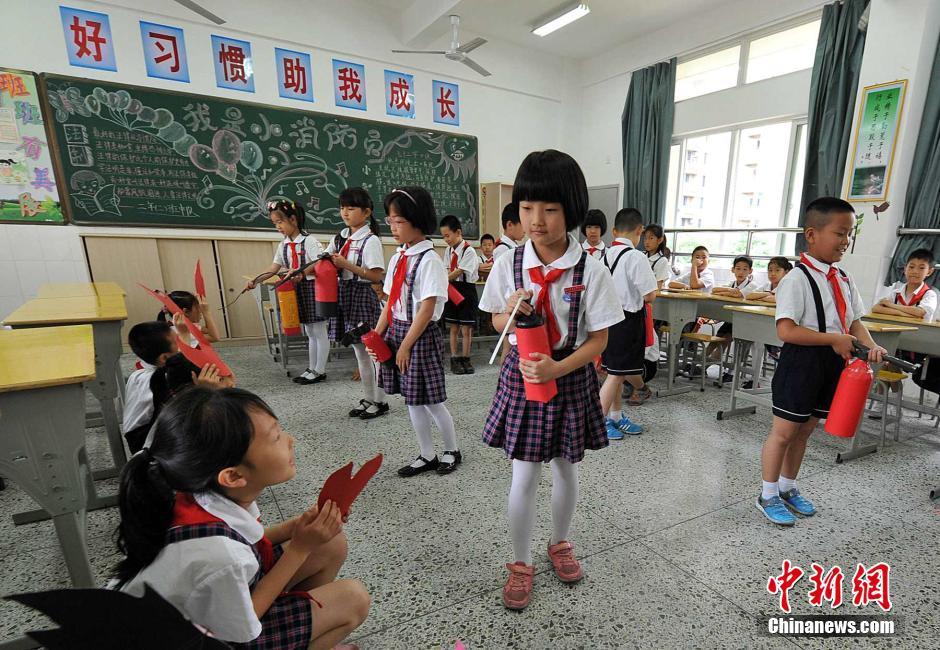 福州小学生自制灭火器学习消防知识 - 热点新闻