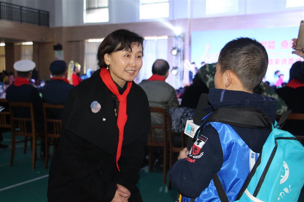图为新华小记者采访陆彩英校长.