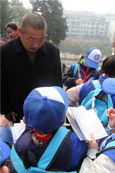 传承红色基因 02放飞中国梦 02武义新华小记者在革命烈士纪念碑前