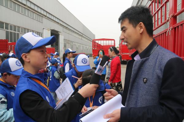 图为新华小记者采访河南通宇集团副总工程师刘洪波