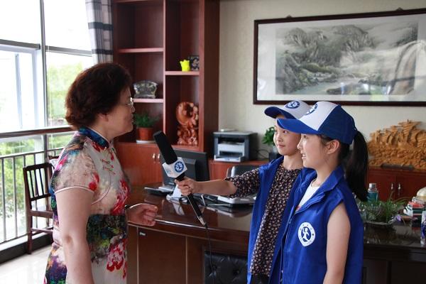 """"""" 之后新华小记者还体验采访了学校的老师以及参与本次活动的学生与"""